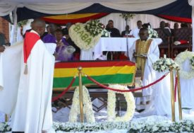 UDOVICA POD CRNIM VELOM Bivši predsjednik sahranjen u rodnom selu, ovaj detalj NIKOM NIJE PROMAKAO (FOTO)