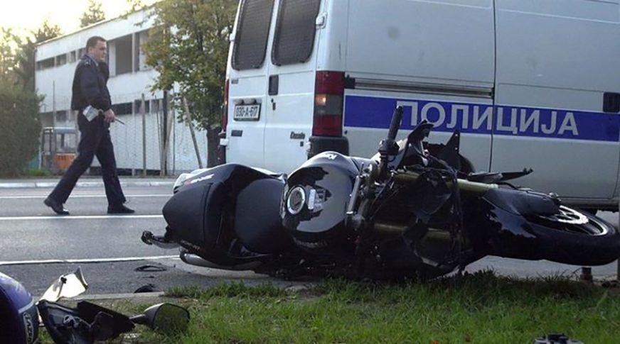 NIJE MU BILO POMOĆI Motorista naletio na automobil, poginuo na licu mjesta