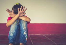 OTAC IZ PAKLA Maloljetnoj kćerki slao fotografije POLNOG ORGANA i prijetio da će joj UBITI MAJKU