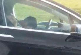 """""""NISAM MOGAO DA VJERUJEM ŠTA RADE"""" Vozač i suvozač spavaju u automobilu koji ide 100 na sat (VIDEO)"""