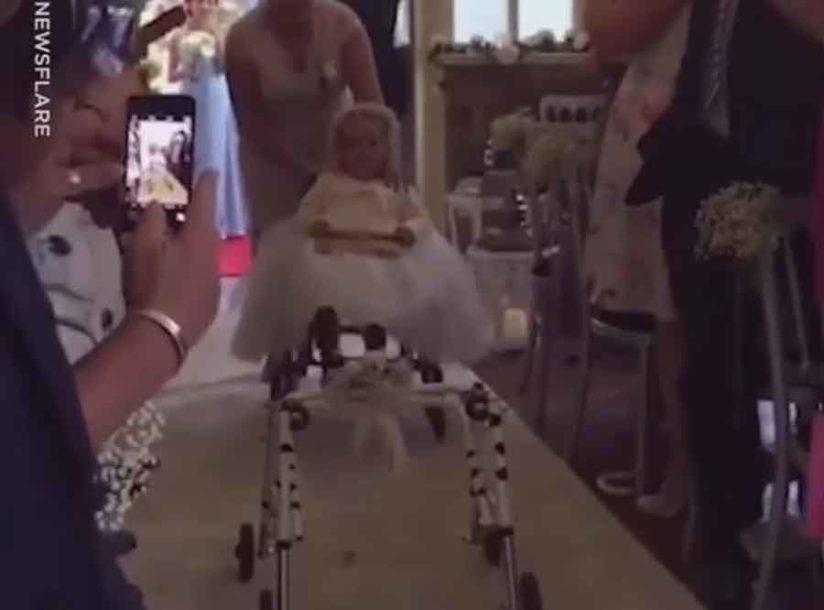 NAJLJEPŠI POKLON ZA MAMU Djevojčica (4) ustala iz invalidskih kolica na njenom vjenčanju (VIDEO)