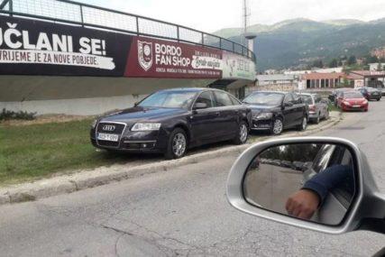 LIMUZINE NA TRAVI Ispred objekta gdje se održava Kongres SDA vozila parkirana na ZELENOJ POVRŠINI