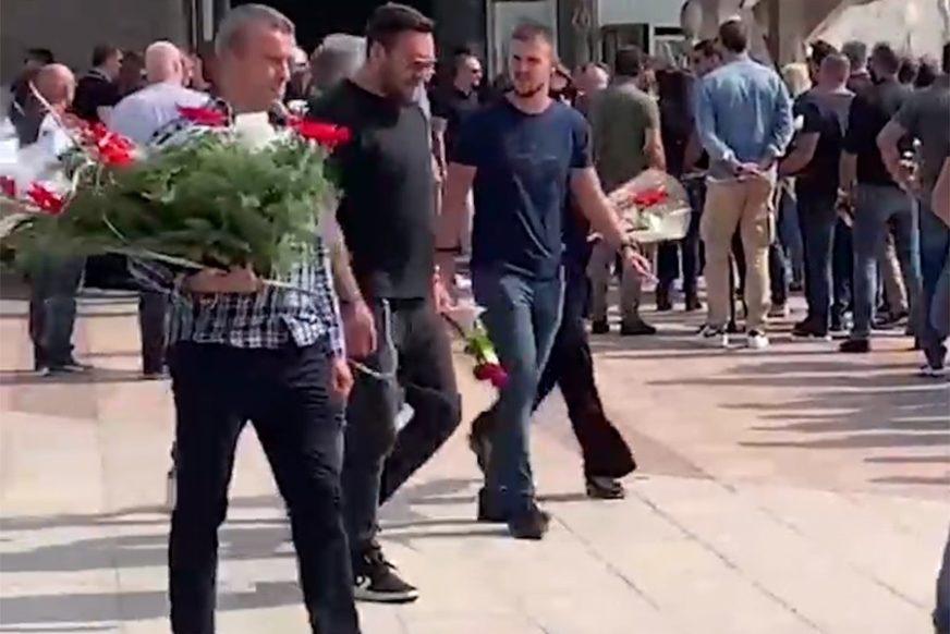 U RUCI CRVENA RUŽA Nigor neutješan došao na sahranu velikog prijatelja Grua