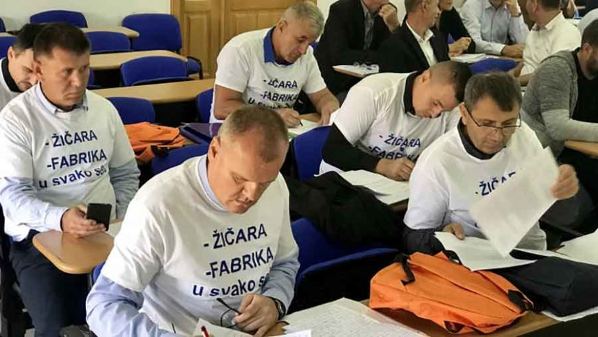 Obukli majice s OVIM PORUKAMA: Odbornici na sjednicu donijeli i RUKSAKE ZA PRVAČIĆE (FOTO)