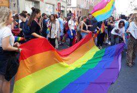DOZA VOĆA Organizatori Parade ponosa policajcima dijelili BANANE