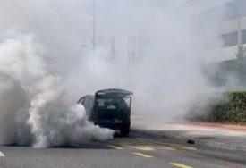 BUKTINJA NA PUTU Zapalio se automobil tokom vožnje, saobraćaj otežan zbog GUSTOG DIMA (FOTO)