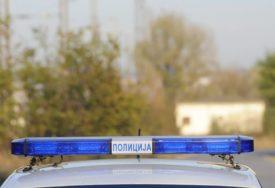 UDARAO PESNICOM DJEVOJKU U CENTRU GRADA Nasrnuo i na taksistu koji je branio nesrećnu ženu