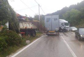 HAOS NA PUTU KOD KONJICA Direktan sudar dva kamiona, jedan vozač teže povrijeđen