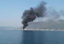 BUKTINJA U TIVATSKOM ZALIVU U moru ispred Porto Montenegra GORI JAHTA