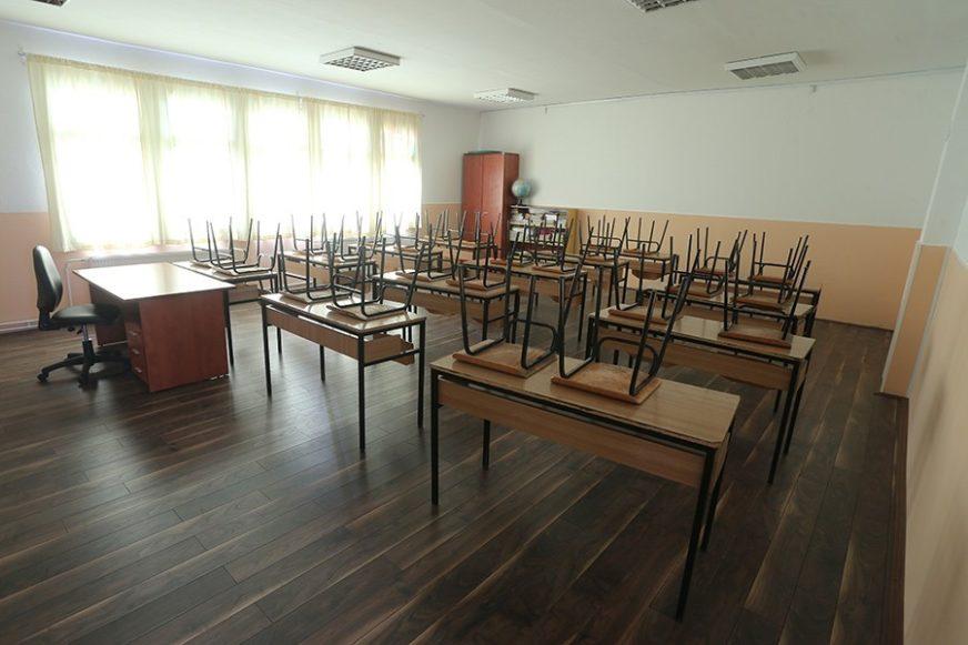 """""""NAŠA ODJELJENJA SU PREPUNA"""" Učenici blokirali školu, intervenisala policija"""