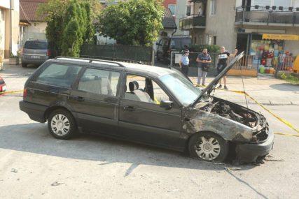 ZAPALIO SE AUTOMOBIL U BANJALUCI U Obilićevu buknula vatra, nema povrijeđenih (FOTO)