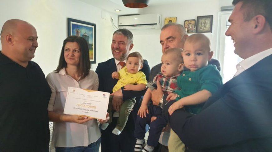 ŠIROKI OSMIJEH ZA VESELE TROJKE Šeranić i Stevanović u posjeti porodici Ristanović
