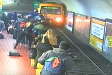 ZAMALO IZBJEGNUTA NESREĆA Žena pala na prugu dok se voz približavao stanici (VIDEO)