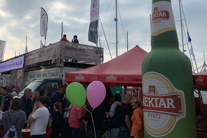 """TRADICIONALNO NA REGATI BARCOLANA Italijani godinama uživaju u """"Nektar"""" pivu (FOTO)"""