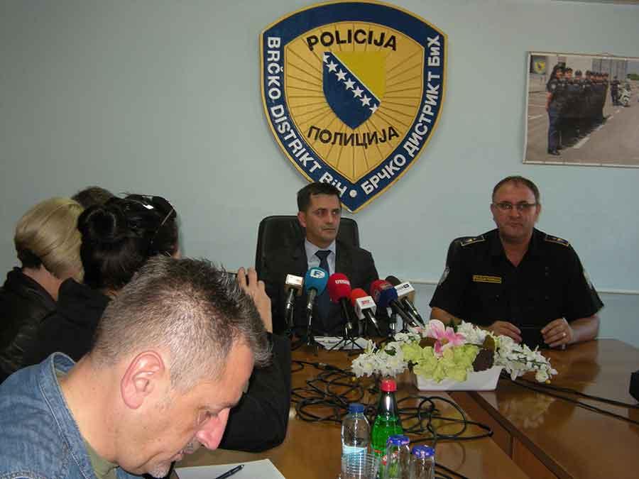 NAORUŽAN DO ZUBA Inspektoru kriminalističke policije STAVLJENE LISICE NA RUKE