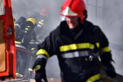 Buknuo požar u centru grada: Gori napušteni objekat, vatrogasci na terenu