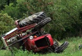 """SUDAR TRAKTORA I """"MAZDE"""" Povrijeđeni vozač automobila zbrinut u UKC RS"""