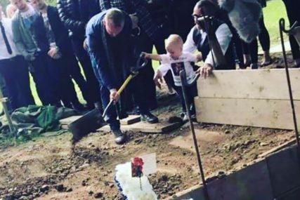 FOTOGRAFIJA KOJA SLAMA SRCA Dječak star 17 MJESECI baca zemlju u grob svog oca kojeg je ubio maloljetnik