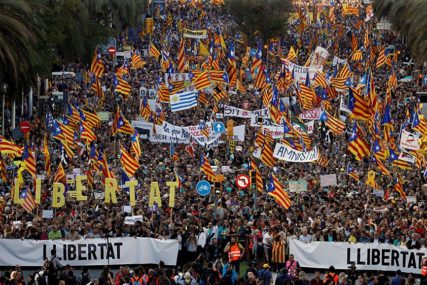 """""""ZATVOR NIJE RJEŠENJE"""" 350.000 ljudi marširalo je ulicama Barselone"""