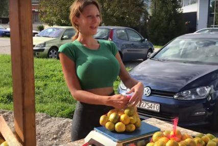 PRSATA PRODAVAČICA U AKCIJI Kristina Mandarina JEDE ĆEVAPE sa poznatim pjevačem (FOTO)