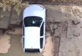 """NESVAKIDAŠNJI PRIZOR Cijev pukla na ulici, rupa """"progutala"""" automobil (VIDEO)"""