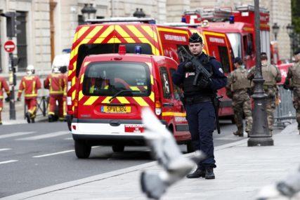 HODAO ULICOM S MAČETOM Pariska policija uhapsila muškarca po prijavi građana