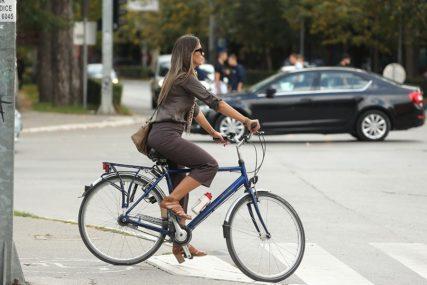"""""""Mi idemo 200 metara autom na posao, a oni su sirotinja"""" Fotografija zgodne djevojke na biciklu pokrenula buru komentara (FOTO)"""