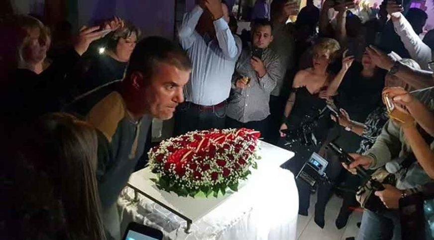 SVADBARSKA ATMOSFERA, TORTA U OBLIKU SANDUKA Pogrebnik sprema jubilarnu GROBARIJADU