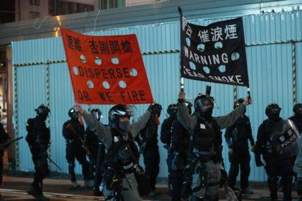 OKRŠAJ SA POLICIJOM Demonstranti u Hong Kongu u crnoj odjeći i sa maskama (VIDEO)
