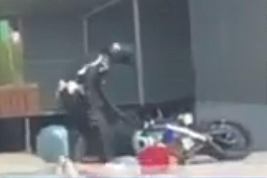 FILMSKA POTJERA Organi reda zaustavili vozača, on bježao i UDARIO policajca na motoru (VIDEO)