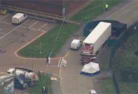 SVIJET U ŠOKU Kamere snimile trenutak kada je kamion s 39 tijela došao na odredište (VIDEO)