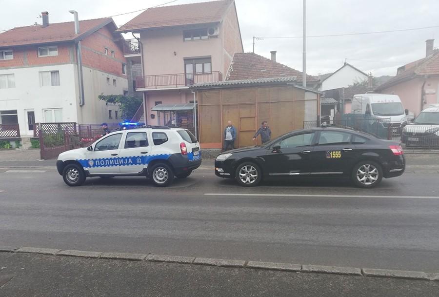 """NESVAKIDAŠNJA NESREĆA U BANJALUCI Taksi udario u policijski """"daster"""" (FOTO)"""