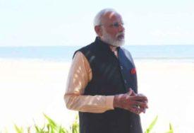 ZA PRIMJER Premijer bosonog po pijesku SAKUPLJA ĐUBRE sa plaže i stavlja ga u kesu (VIDEO)