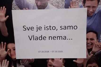"""""""SVE JE ISTO, SAMO VLADE NEMA"""" Šaljivim plakatima podsjetili da ni godinu dana od izbora nije formirana vlast"""