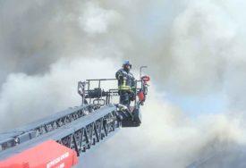 VELIKI POŽAR U ROBNOJ KUĆI Dva vatrogasca povrijeđena, u gašenju plamena učestvuju TRI AVIONA