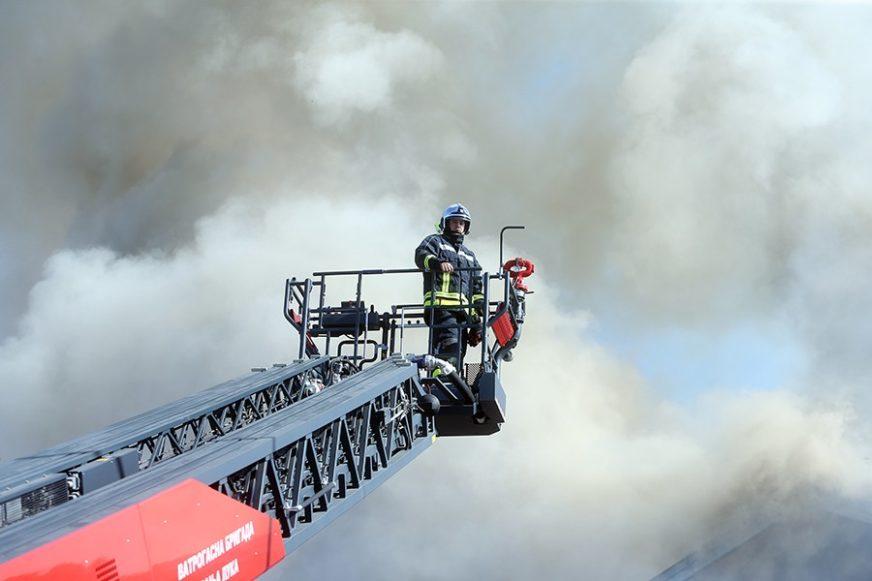 EKSPLOZIJA U ZEMUNU Izbio požar u zgradi, vatrogasci iz stana izvukli dvije osobe
