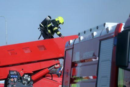 """""""To su teške situacije"""" Prijedorski vatrogasci spriječili ženu da skoči sa krova kuće"""