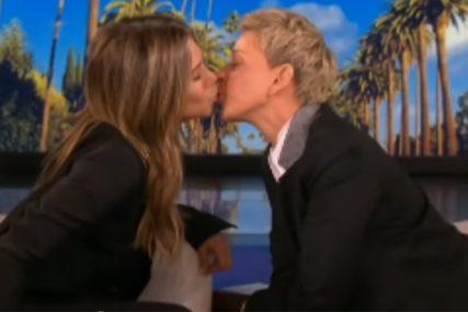 """IMAŠ MEKANE USNE"" Komičarka poljubila Dženifer Eniston u emisiji (VIDEO)"