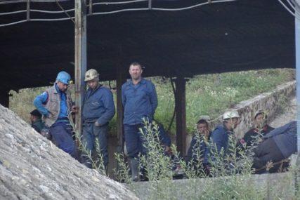DRUGU NOĆ OSTAJU U UTROBI ZEMLJE Rudari poručuju da će životima braniti jamu od koje prehranjuju porodicu