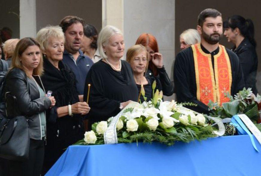 ODJEKUJU JECAJI, MAJKA NEUTJEŠNA Posljednji ispraćaj BRUTALNO UBIJENE Lane Bijedić (FOTO)