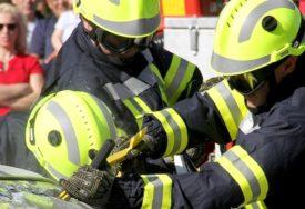JEDAN MLADIĆ POGINUO, DRUGI SE BORI ZA ŽIVOT Vatrogasci pet sati izvlačili žrtve iz olupine