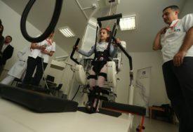 KRISTINA I ČIKA GVOZDEN SE SRELI Stigao dugo iščekivani robot za rehabilitaciju (VIDEO, FOTO)