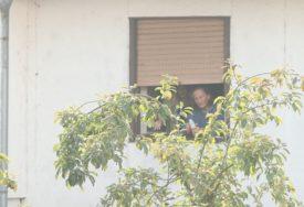 DRAMA U BANJALUCI Policija deložira majku i kćerku iz stana, one PRIJETE SAMOUBISTVOM (VIDEO, FOTO)