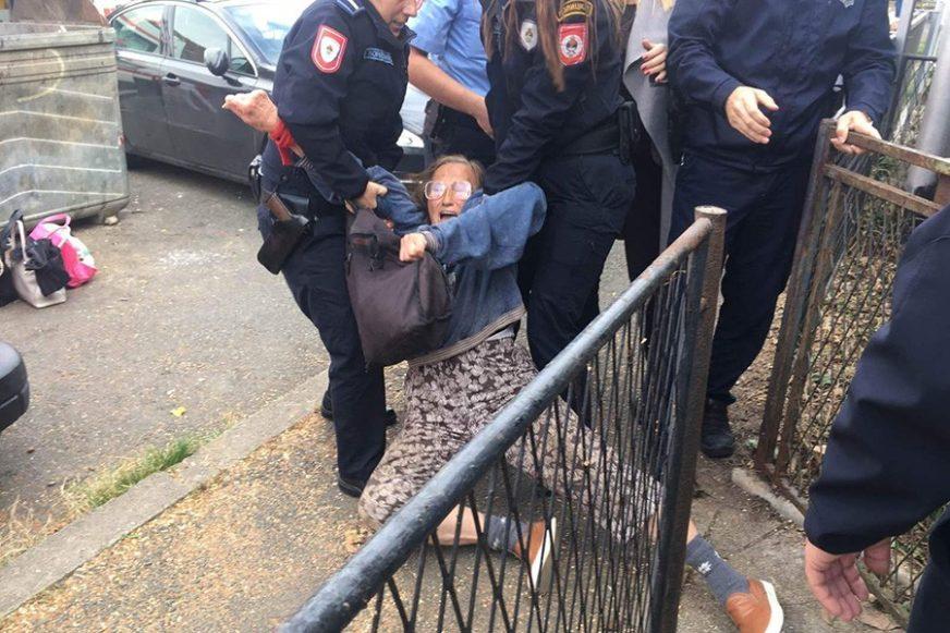 DRAMATIČNE SLIKE S LICA MJESTA Majka i kćerka NA SILU izvedene iz kuće, žena uhapšena (FOTO)
