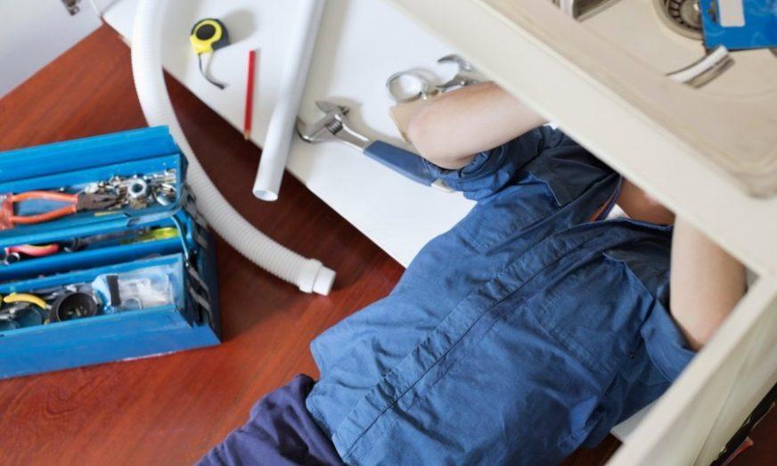 PREVARA OTKRIVENA NA BIZARAN NAČIN Uhvatio ženu svog prijatelja na krevetu sa vodoinstalaterom