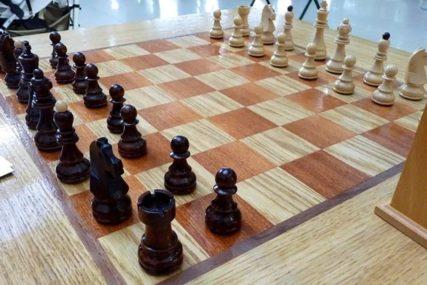UKRAO MU TOPA Posvađao se sa komšijom zbog šaha, pa ZAPUCAO na njega