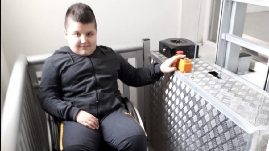 POMOĆ DJEČAKU S CEREBRALNOM PARALIZOM U školi napravljen lift, Ahmed Mešić na nastavu ide sam