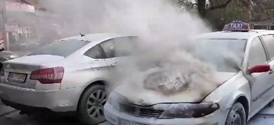 BUKTINJA U CENTRU GRADA U plamenu automobil taksi prevoznika, intervenisali vatrogasci