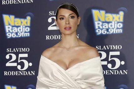 GORE MREŽE Sara Jo obukla brus sa džinovskom mašnom, pa počastila fanove vrućim plesom (VIDEO)
