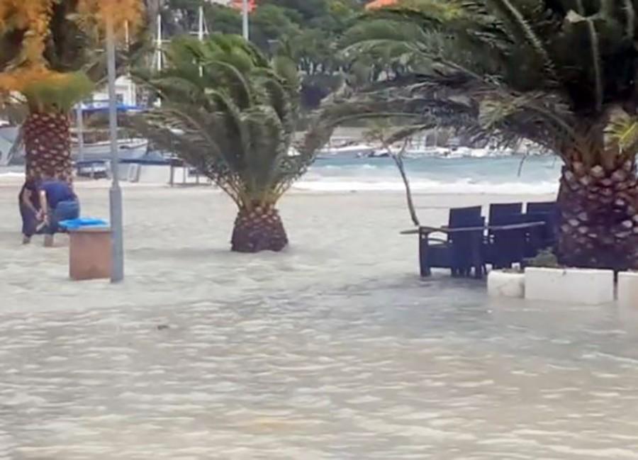 JAKO NEVRIJEME HARA HRVATSKOM Poplavljena obala Jadrana, prekinute brodske linije